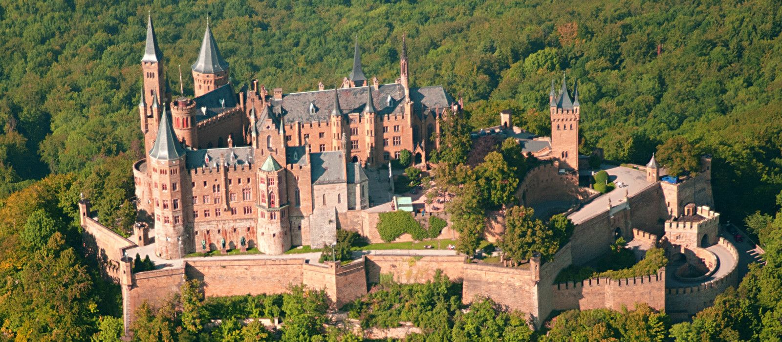 Http Www Hohenzollern Urlaub De Wp Content Uploads 2014 04 Burg Hohenzollern 1600x700 Jpg ドイツ
