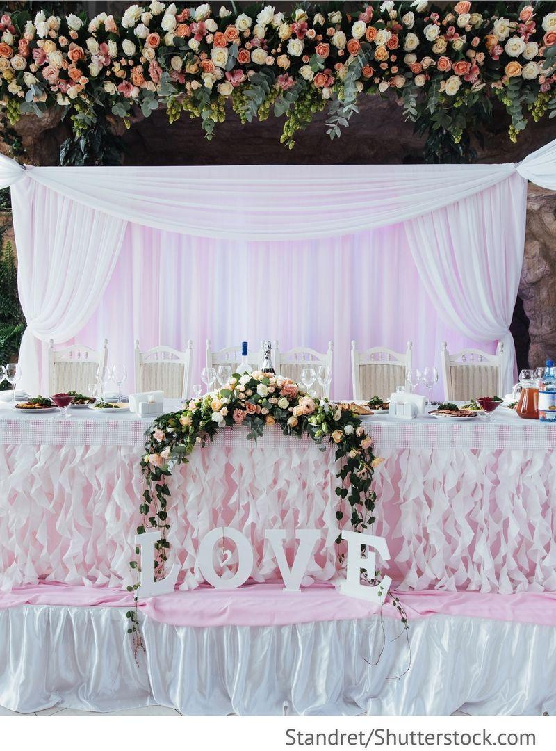 Brautpaar tisch dekoration mit blumen f r russische for Besondere deko