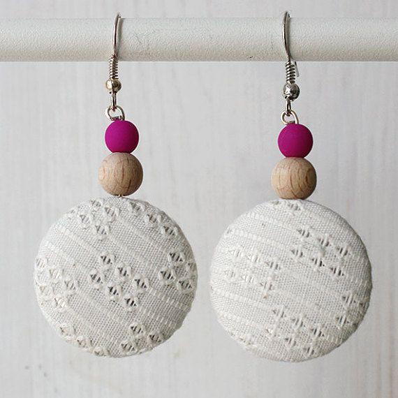 Orecchini pendenti bianchi con perla fluo di LittleBitAccessori