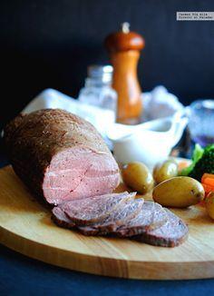 Bien elaborado, el roast beef (o rosbif) es uno de los bocados más exquisitos que nos podemos llevar a la boca. Da mucho juego, admite infinidad de guarnicio...