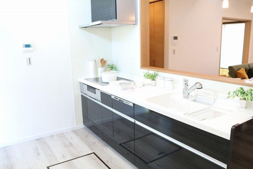 そしてーーーーーーー Kitchen Kitchenは リクシルのアレスタのオニキスブラック オニキスブラックの色 は 高級感がありトップの人造大理石のホワイトとの色味の相性が抜群です こちらの物件はオール電化になりますので Ihとなります Kitch