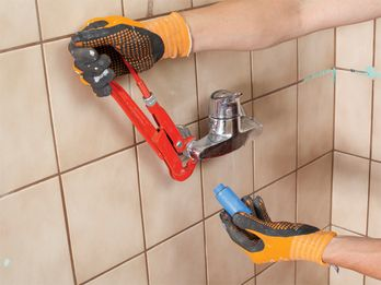 Badezimmer Renovieren So Werden Fliesen Fugen Und Co Wie Neu Badezimmer Renovieren Bad Renovieren Und Renovieren