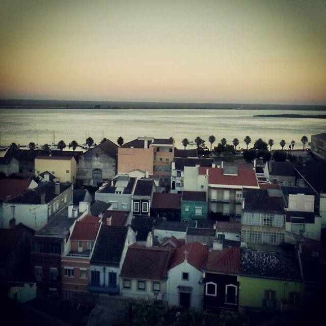 Alhandra...na casa estreitinha de janelas verdes morava  alguém de quem sinto tanto a falta...alguém que me chamava filha sem eu o ser...