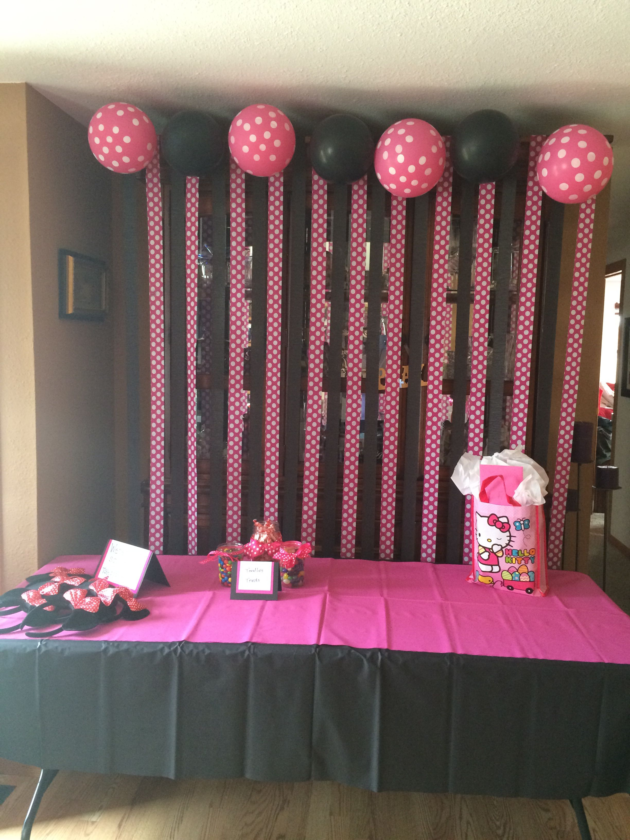 Minnie Mouse Party Decorations A Little Too Much Black But I Like The Idea