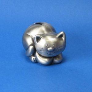 17,25€/kpl + toimituskulut. www.urielkorut.com  Veikeäilmeinen ja tinapintainen kissa-säästölipas. Pinta on sileä ja suojalakattu. Tyhjennysluukun kansi toimii kierteillä.   Tinapintainen. Lakattu pinta. Pituus 9 cm.