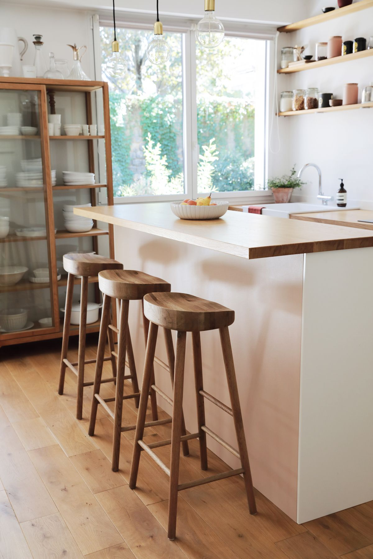 Bienvenue Dans L Appart A La Deco Naturelle Et Minimale De Laralovesparis Appartement Minimaliste Chaise Haute Cuisine Chaise Haute Bois