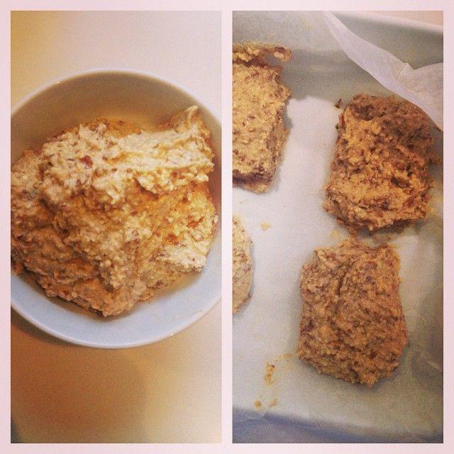 """Stavblend: Bananer  Mandler  1spsk peanutbutter Lidt vanilleproteinpulver eller en knivspids vanillesukker  Til en fin og ensartet masse. Find sø en form der kan komme i fryseren, kom noget bagepapir i bunden, og lav små """"barer"""" ud af dejen. De må godt få lidt højde. Frys dem til de har fået en fast struktur, som en bar. Smelt derefter 80 g mørk chokolade og hæld over, og frys igen til det er størknet. Server! Og husk at nyde det ☺️ Du er et menneske. Ikke en støvsuger."""