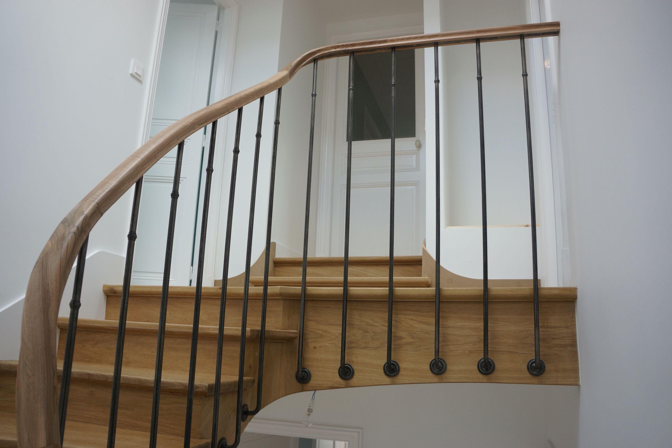Escaliers A L Anglaise En Chene Et Main Courantes En Noyer