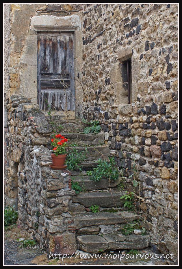 Escalier de pierre et vieille porte a nonette 63 la for Vieille maison en pierre