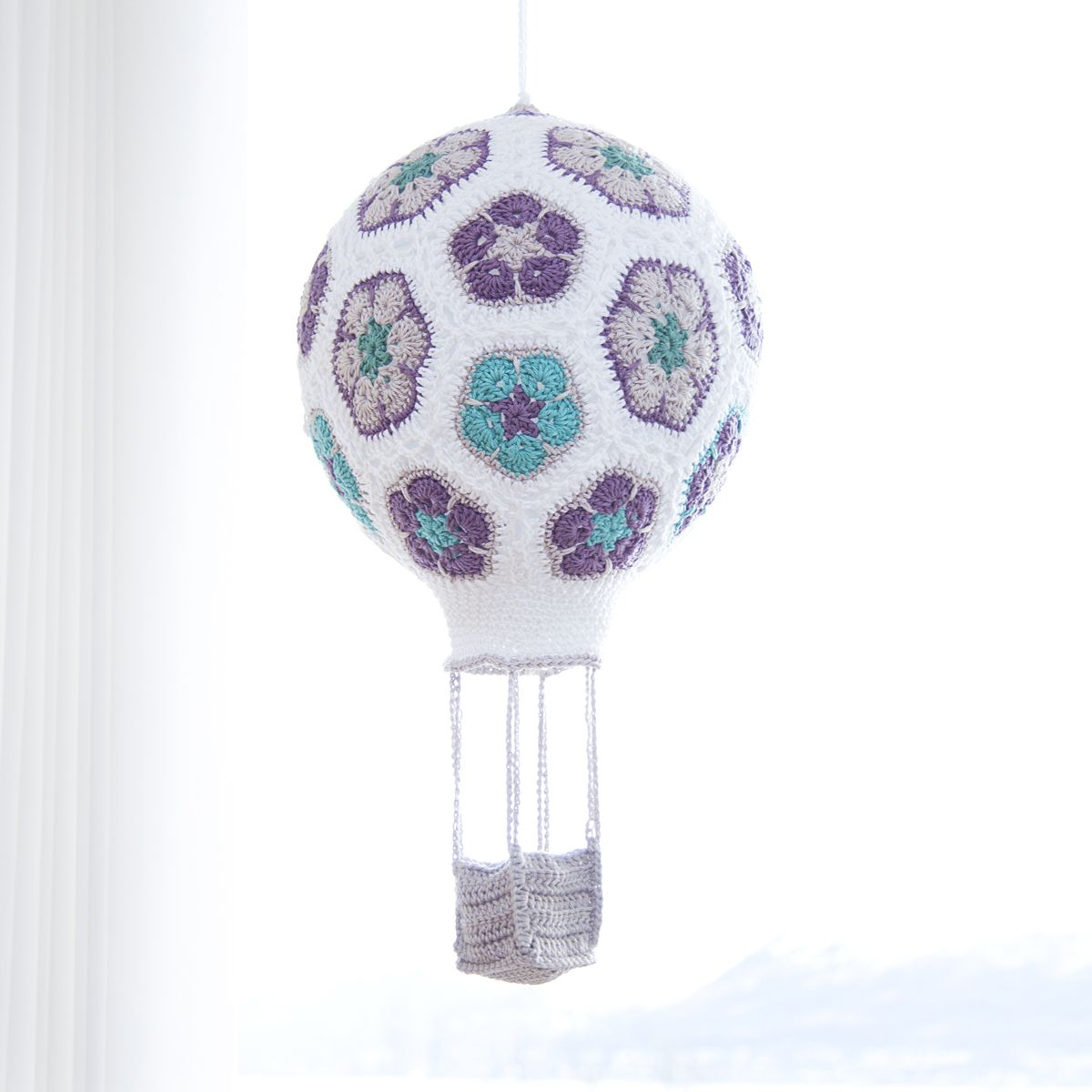 I made a crochet african flower hot air balloon . Here\'s a a guide ...