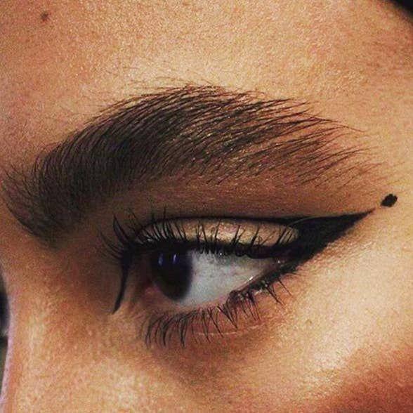17 Pruebas que las cejas naturales y sin maquillaje volvieron a estar de moda
