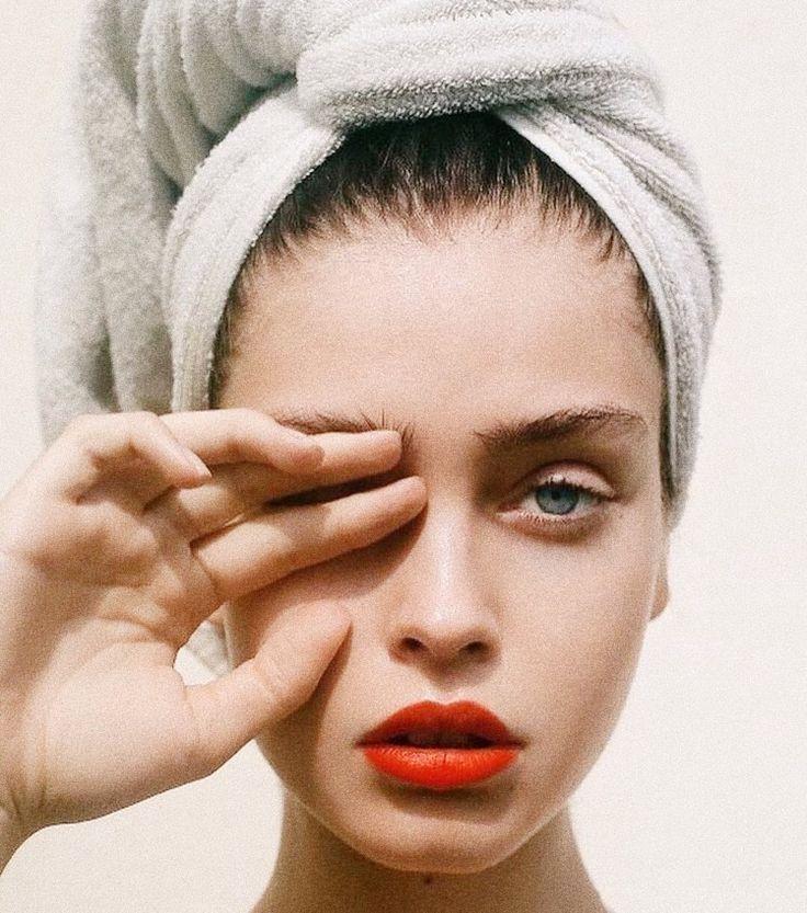 Photo of Frische, saubere Haut mit einem Schuss rotem Lippenstift – eines unserer liebste…