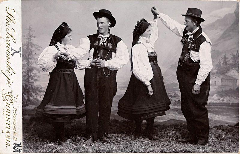 File:Bunadskledd ungdom fra Setesdal danser, ca 1905.jpg