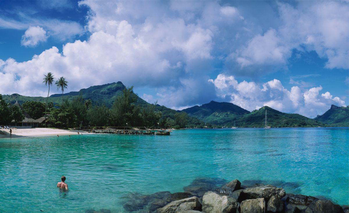 Puede que otras islas de la Polinesia francesa, como Bora Bora, Moorea e incluso Tahití, se lleven la fama, pero Huahine es un dechado de virtudes. Es hermosa e inquietante, tranquila y cordial, y ofrece todo lo necesario para pasar unas vacaciones de fábula. Además, las reliquias de sus templos de antaño desprenden aún un vaho mágico y espiritual.