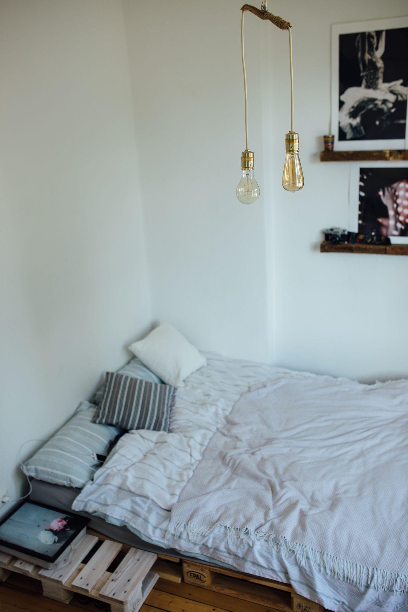 Schlafzimmer mit Retrolampen, Bildergalerie und Bett aus