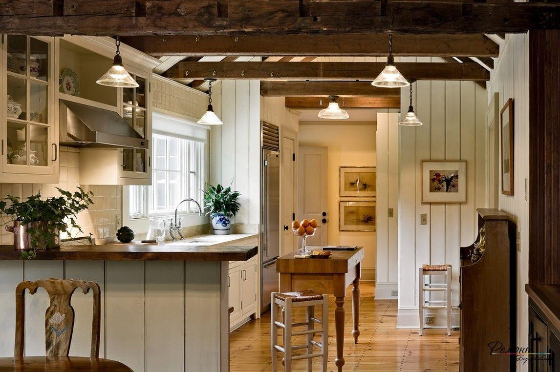 Потолок с деревянными балками в интерьере загородной кухни ...