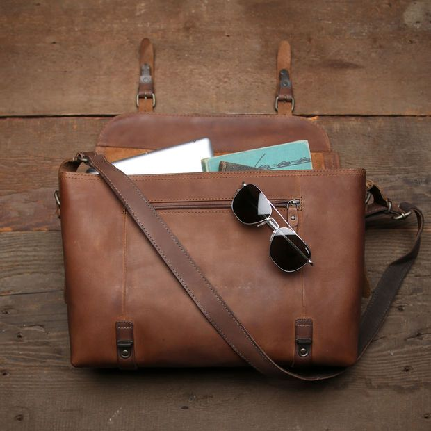 "AUNT'S & UNCLE'S ""FELLA"" LEATHER FLIGHT SATCHEL"