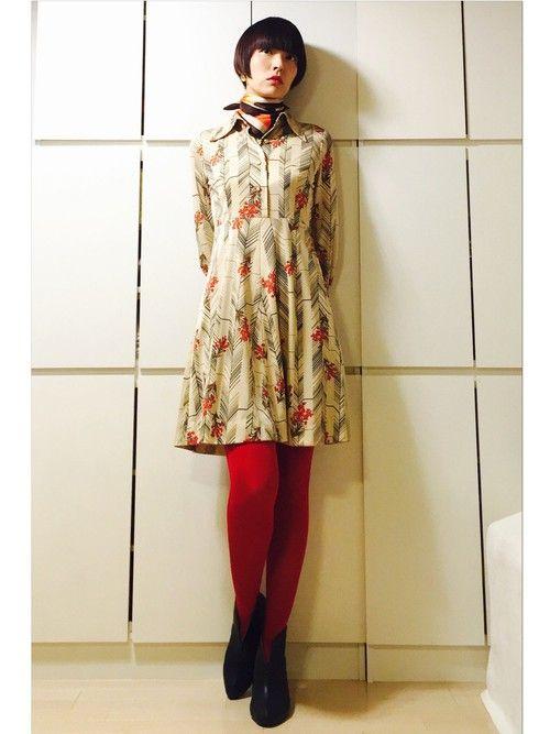 カラータイツで魅せるレトロ柄ワンピース☆レトロガールタイプのコーデ☆ 参考にしたいスタイル・ファッションのアイデア