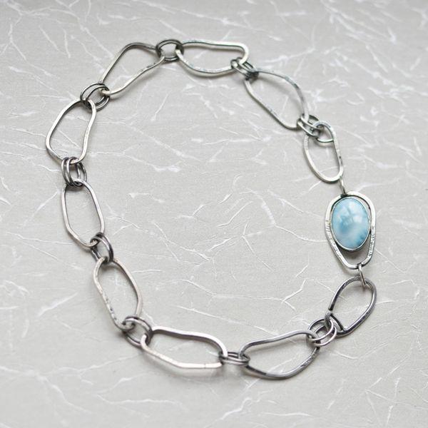 De edelsteenschakel is uitneembaar. Larimar is een goede steen voor het beendergestel en tegen botontkalking.    http://www.innerjewels.nl/halssieraden/schakelcollier-met-larimar-detail