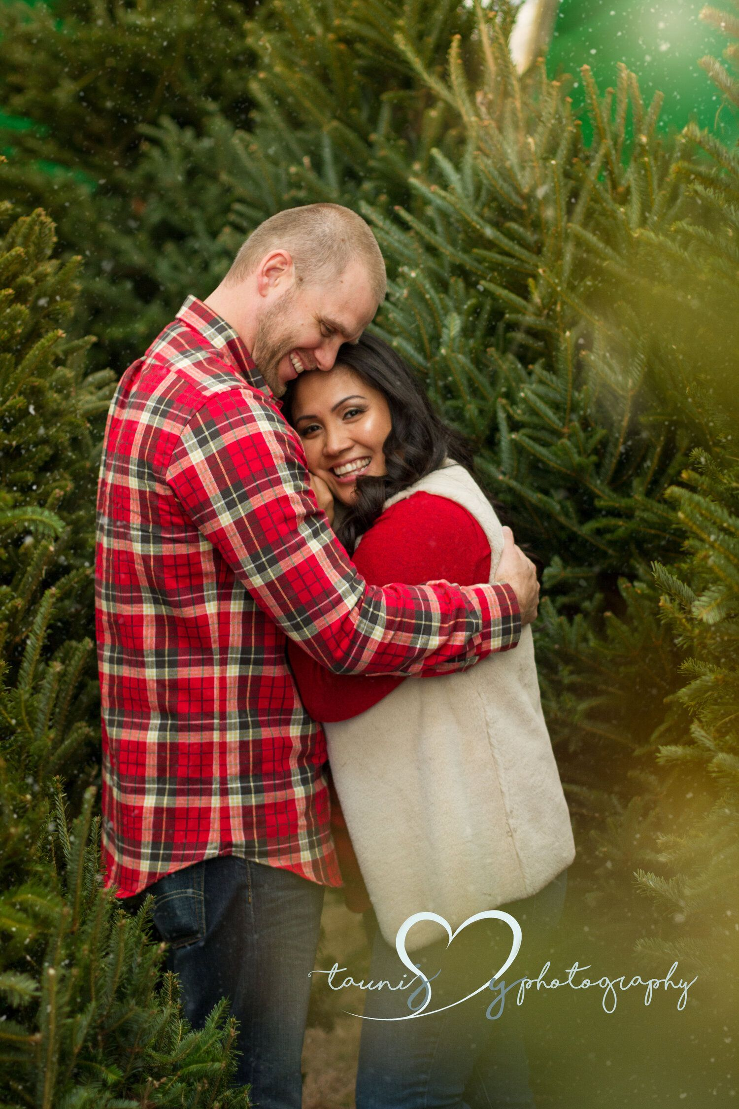 Lakeway Austin Photographer Christmas Tree Farm Photography Mom And Dad Poses Couple Poses Christmas Photograph Tree Farm Mini Session Holiday Photography