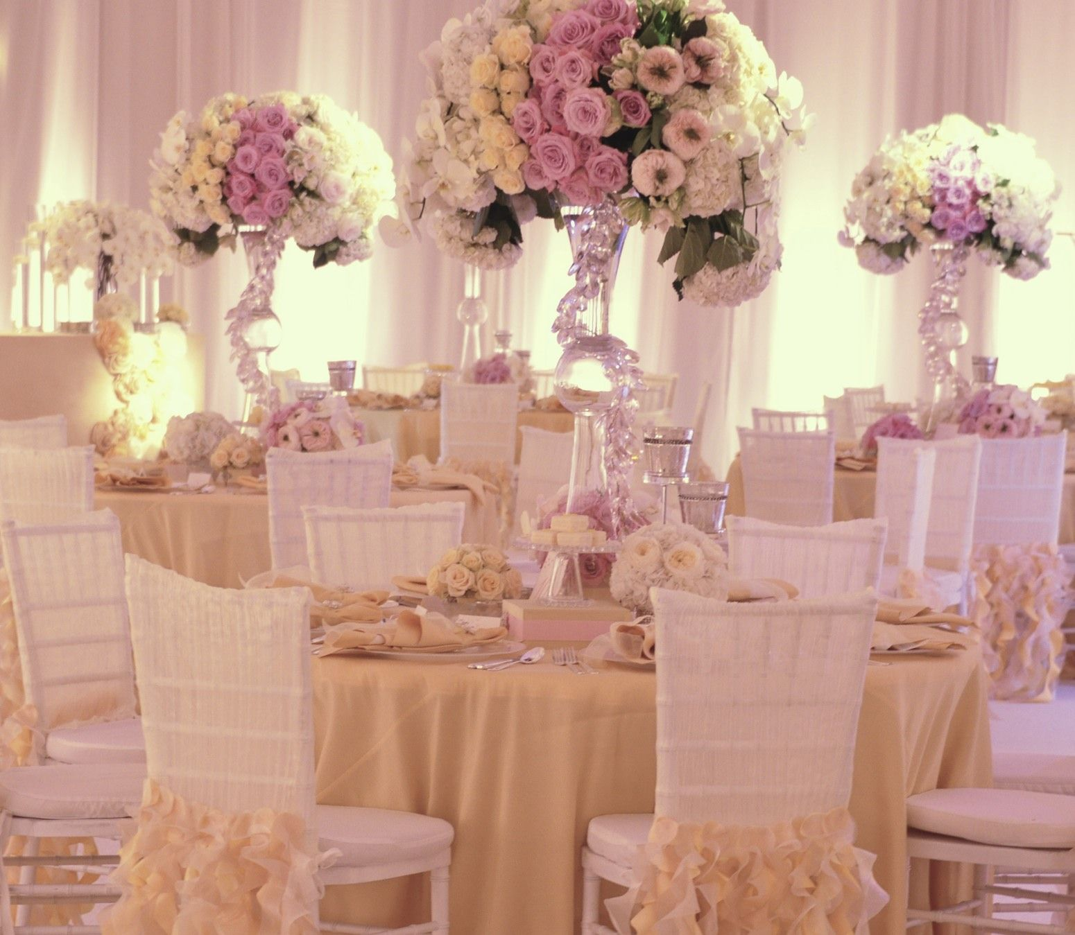 Romantic blush pink and ivory Wedding Reception Table. Lush floral ...