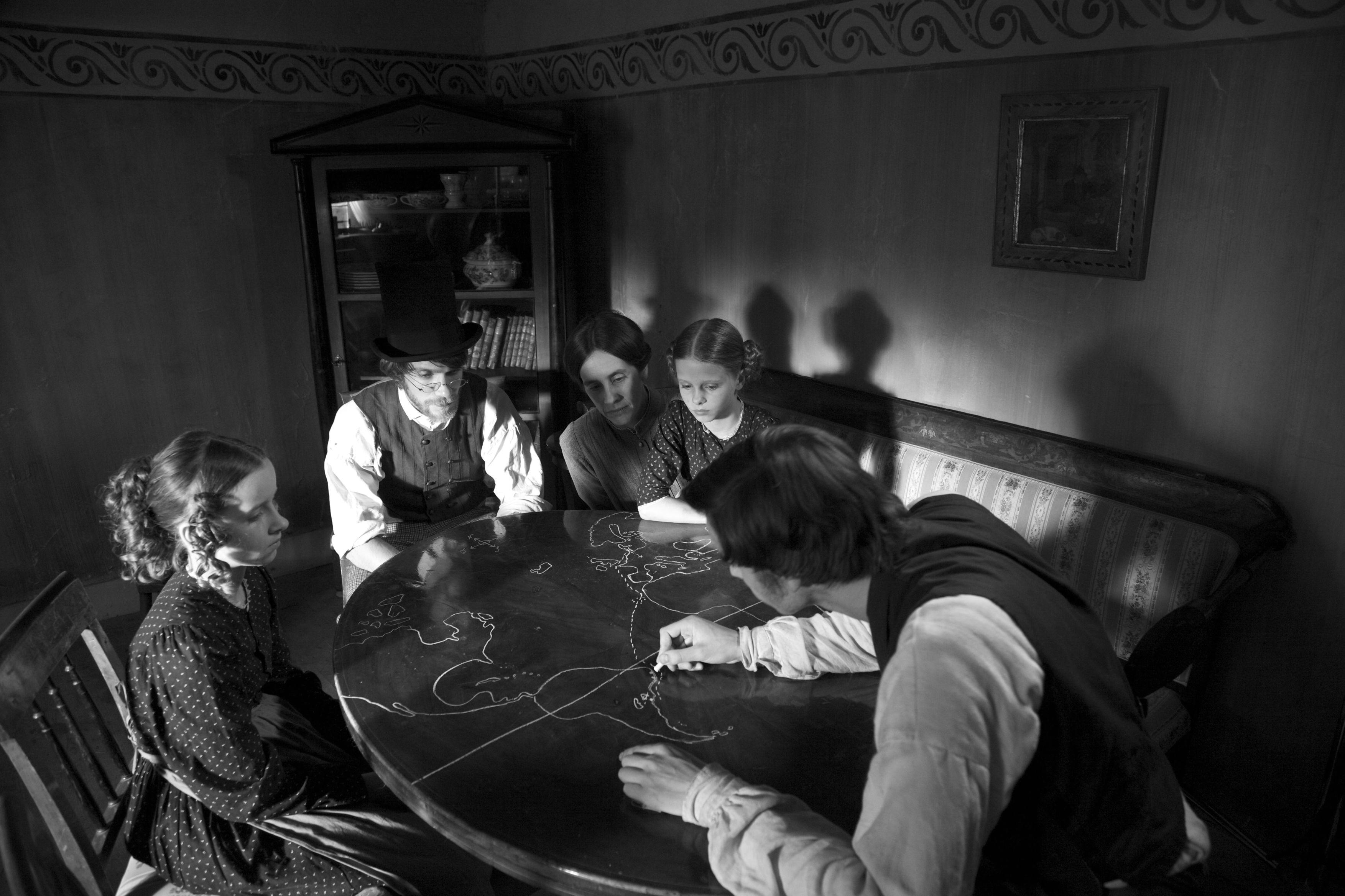 Die andere Heimat - Chronik einer Sehnsucht Jakob (Jan Dieter Schneider) erklärt seinem Freund Franz Olm (Christoph Luser) und dessen Familie die Überfahrt nach Brasilien © Concorde Filmverleih 2013/Nikolai Ebert
