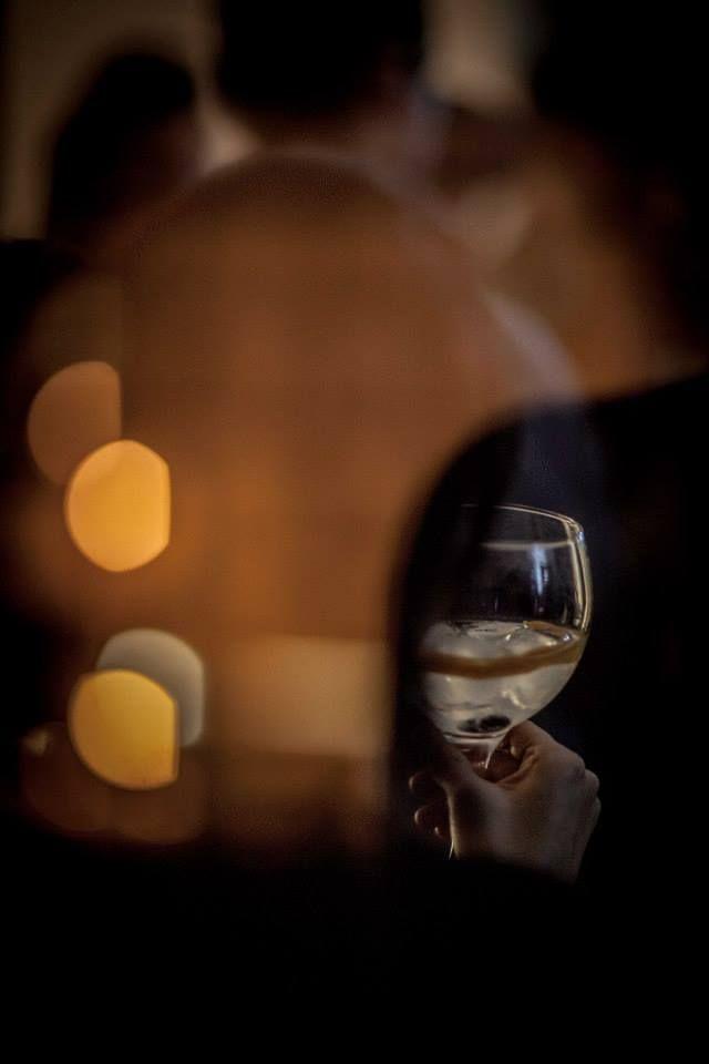 Elegancia en una copa. Un Perfect Serve de Brockmans solo con un twist de pomelo rosa y dos arándanos #room #mate #likenoother #night #corto #shortfilm #Brockmans #party #fiesta #clandestina #pomelo #perfectserve