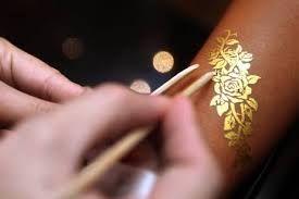 Linda...tatoo dourada!!!! Queroooo