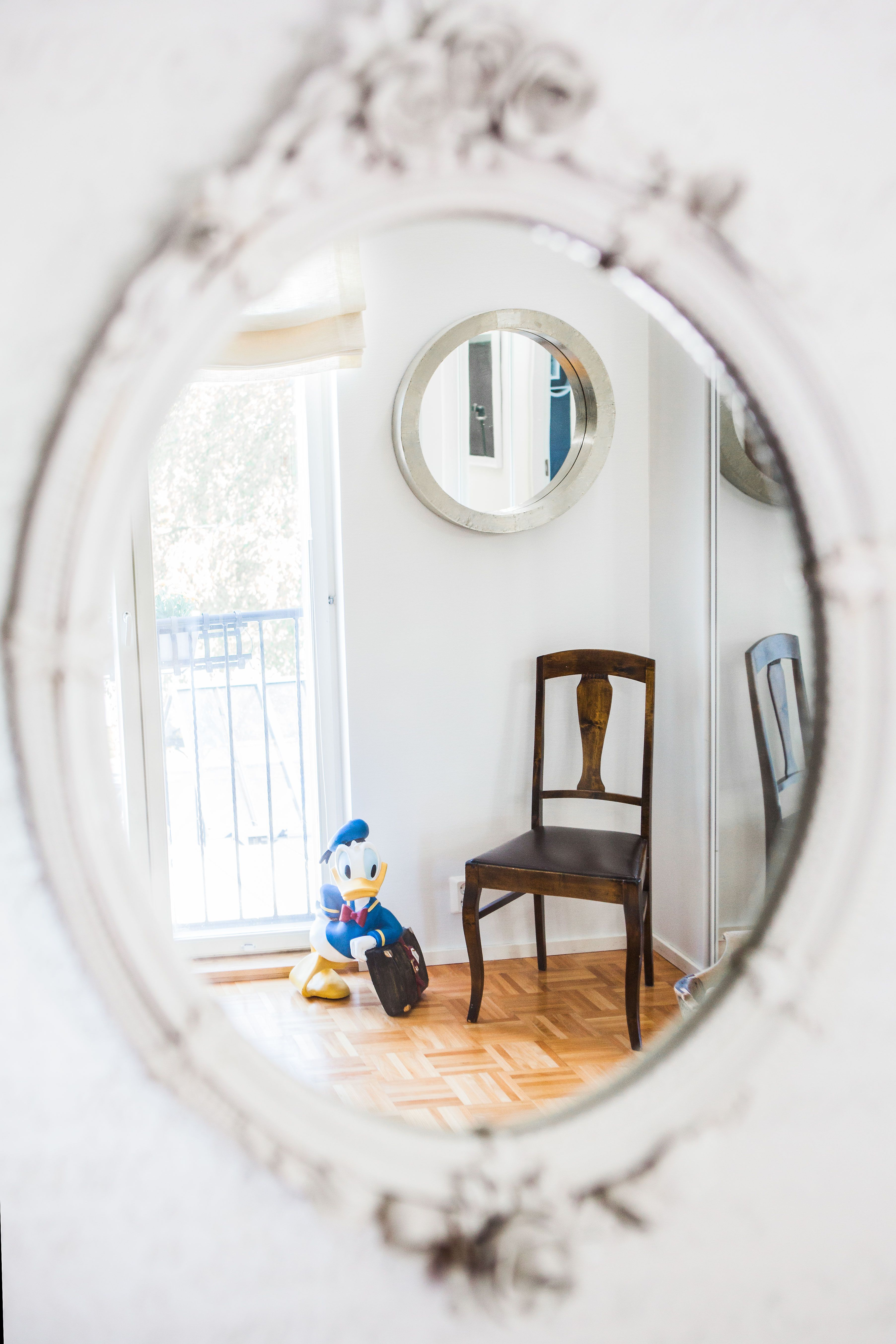 Tämä koti on täynnä kauniita peilejä ja sarjakuvahahmoja. Pientalo ja piha 2/2015 Kuva: Anna Autio