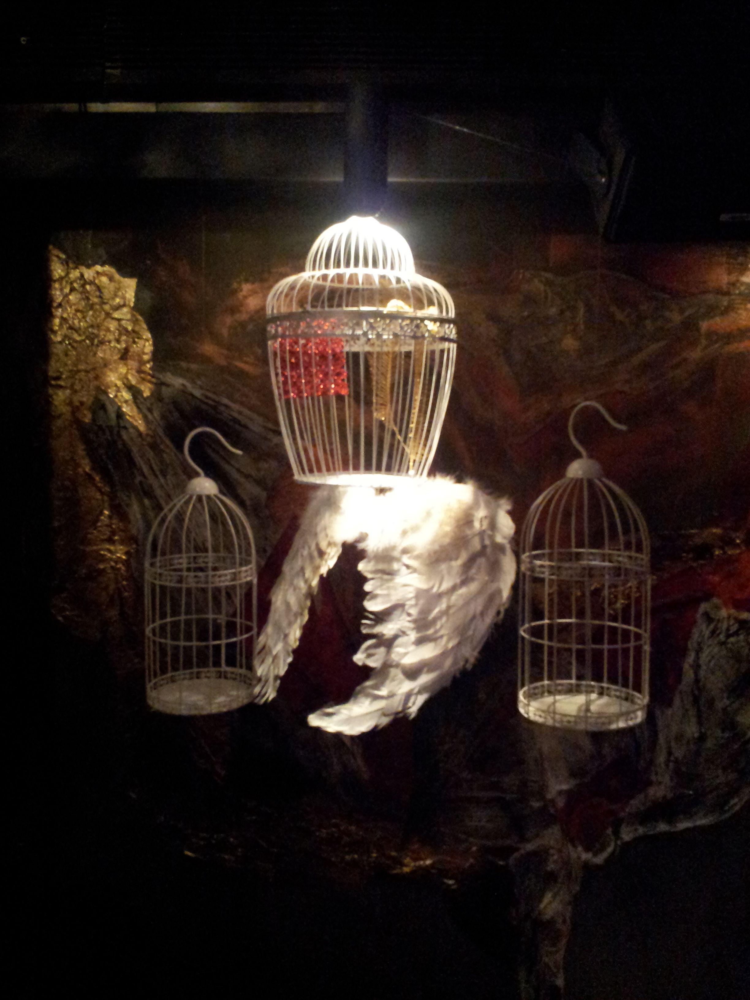 Detalle decorativo con jaulas y alas de angel.