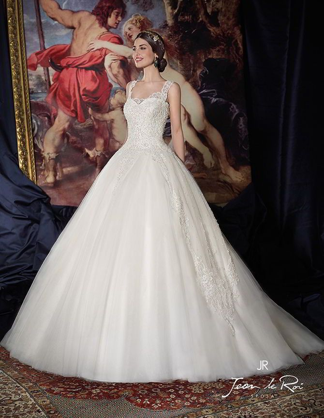 Pincess gown. Rebrodé embroidered lace inserts on body and skirt. Wide shoulder strap. Heart neckline and lacing