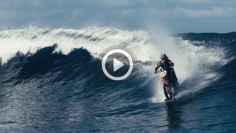 Sim, ele está a surfar com uma mota.