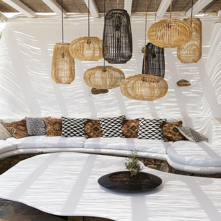 Terrasse contemporaine, canapé dangle en blanc, coussins ...