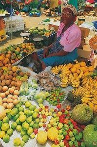 Toutes les couleurs du soleil sur ce marché de Fort de France - Martinique Dès l'aube, en provenance des exploitations de l'île, un défilé de camions chargés de légumes, de fruits, de piments, de boissons, se dirige vers la grande halle.