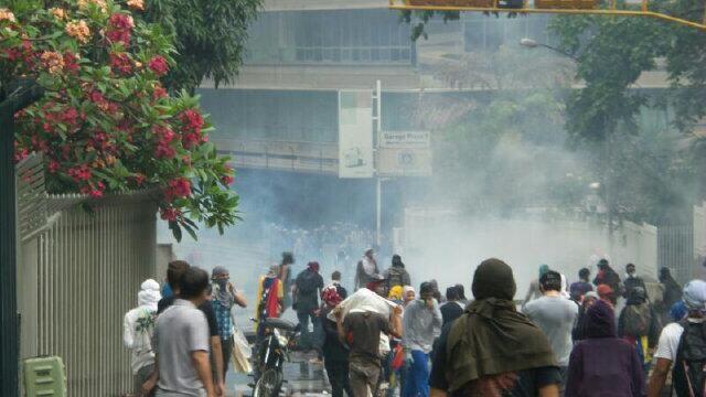 via @Yaao1989: Fuerte enfrentamiento entre manifestantes y PNB en Los Palos Grandes #Chacao #8M 6:20pm pic.twitter.com/8DaVxpLx3L @Tráfico de