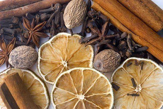 """Убираем неприятные запахи отовсюду  1. Аромат свежести.  Перед тем, как начать пылесосить, смочите несколькими каплями лаванды кусочек ваты и втяните его пылесосом. Пылесос по пути своего следования везде будет оставлять нежный """"провансальский"""" аромат. Аромат при этом может быть заменен на любимый вами — например, апельсиновое масло добавит свежий запах цитрусов, хвойное масло создаст атмосферу прохлады тенистого соснового бора.  2. Чистый холодильник.  Смочите 1 каплей эфирного масла…"""