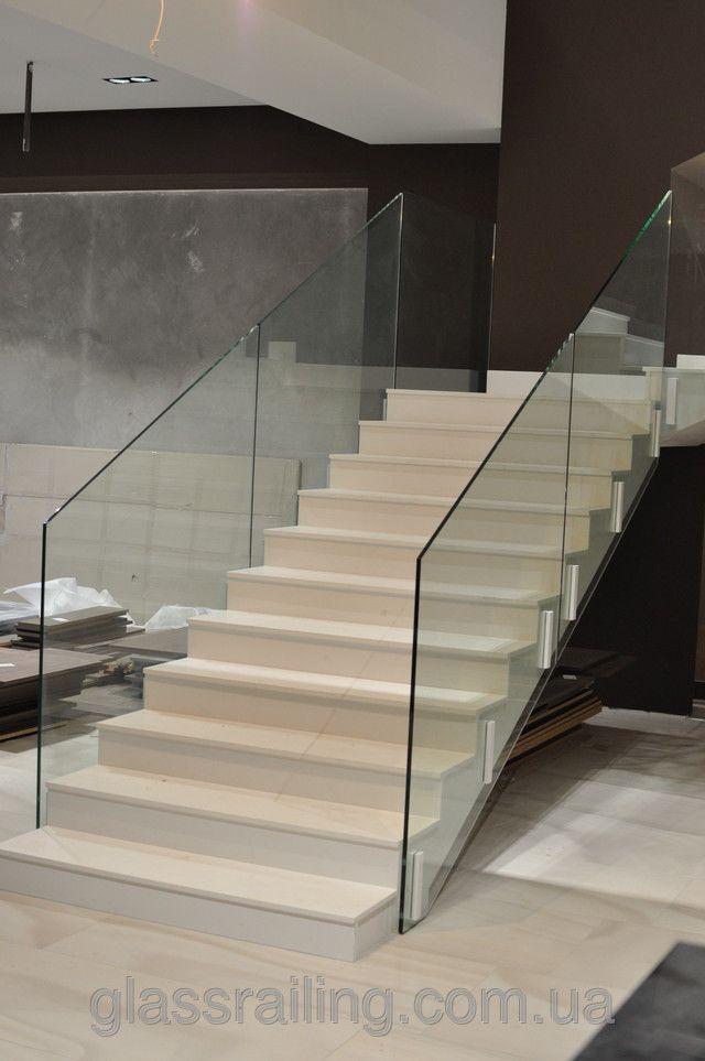 Стеклянное ограждение лестницы в бутике одежды. Новости компании «GlassRailing»