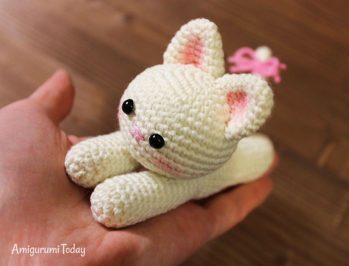 Patrón de ganchillo de gatito mentira de Amigurumi Today | Pía ...