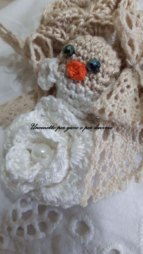 Collar con perlas y rosas de ganchillo por UncinettoPerGioco
