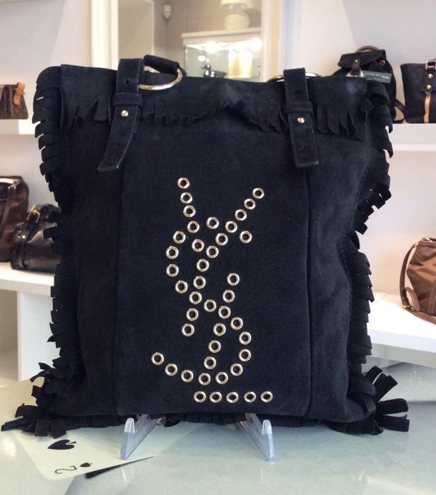 71b5c5cd1aea Yves Saint Laurent - tas met franje YSL schoudertas met franje in suede  leer met openworked-logo op de voorkant.Binnenzak met rits.Serienummer en …