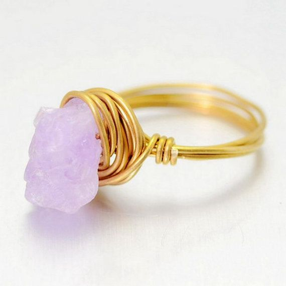 Een prachtige en vrouwelijke paarse natuurlijke Amethist ring. Ring size ons 8 en 9 beschikbaar.  Houd er rekening mee dat foto toont een roze steen, maar u een paarse Amethist steen ontvangt.  Grootte: Ongeveer 9x11mm  Gemaakt op bestelling - laat extra tijd.