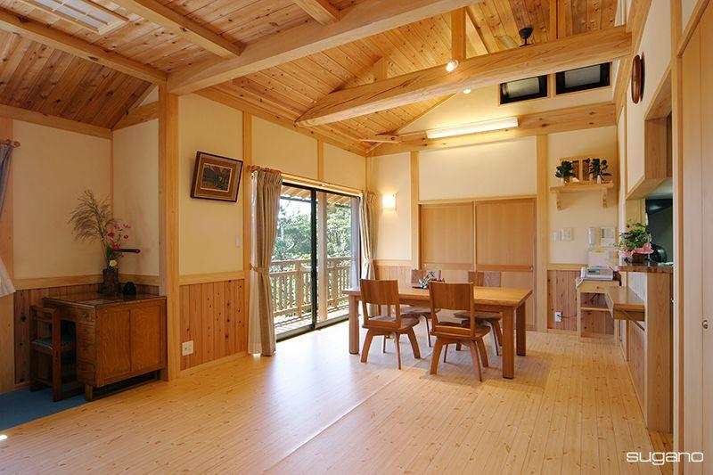 勾配天井のldk 構造梁を化粧で見せて 木質感あふれる空間に