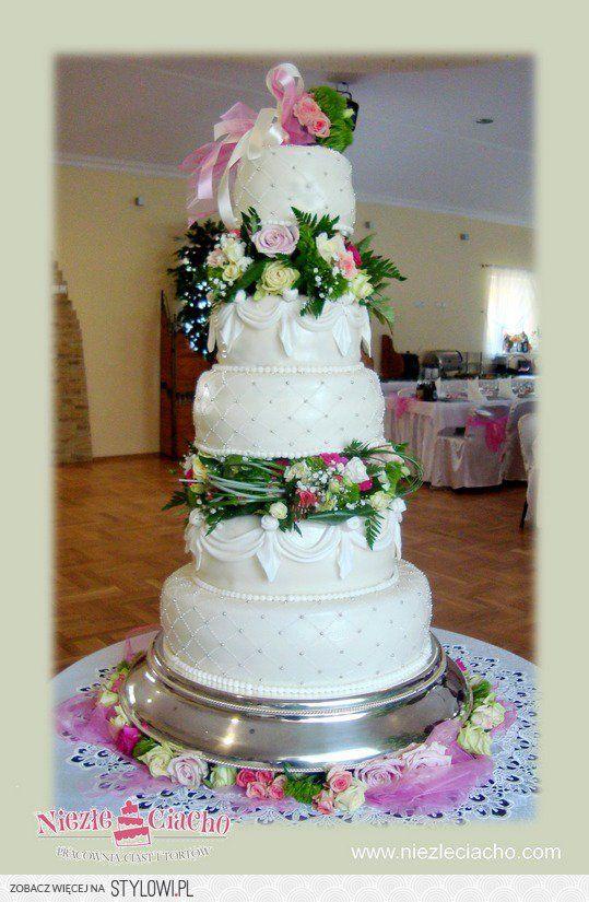 Kwiaty Tort Kwiatowy Tort Z Kwiatami Bialy Tort Weselny Zywe Kwiaty Na Torcie Pietrowy Tort Weselny Desserts Cake Food