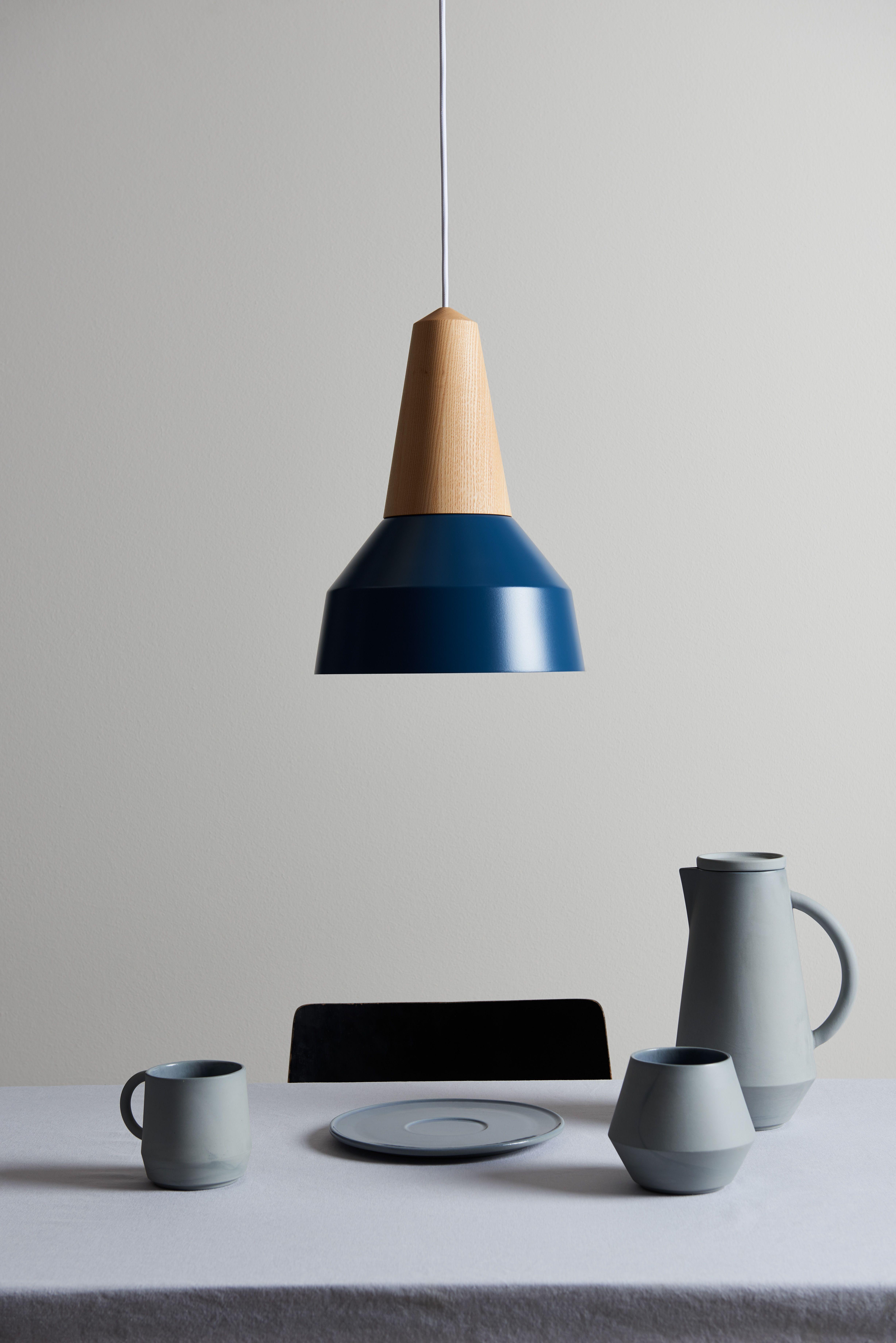 Die Lampe Eikon Basic In Dunkelblau Aus Eichenholz Und Stahl In Einer Deutschen Werkstatt Von Hand Gefertigt Das Blau Der Lampe Ha Lampe Schone Lampen Lampen