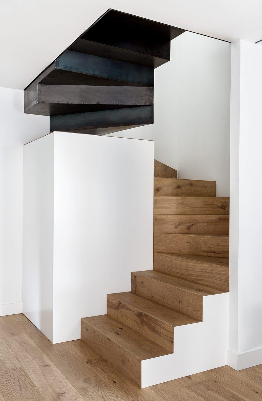 La Renovation D Un Appartement En Duplex Par Le Studio De Design Abaton Diseno De Escaleras Interiores Diseno De Escalera Escaleras Interiores