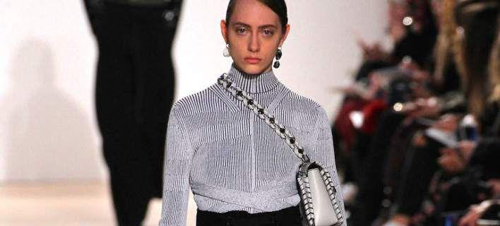 Μάλλον φοράτε λάθος την τσάντα σας -Η μόδα επιβάλλει νέο τρόπο [εικόνες]