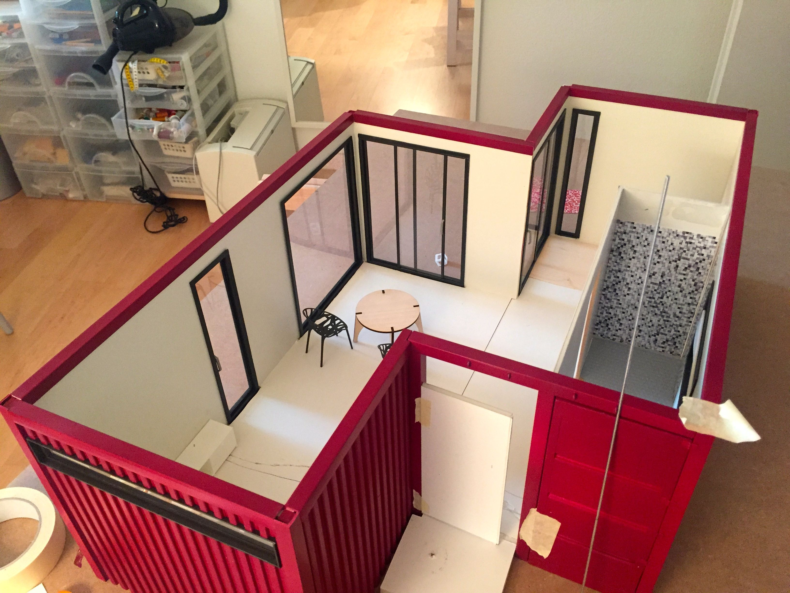 Miniature container house outside with red siding for Design wohncontainer