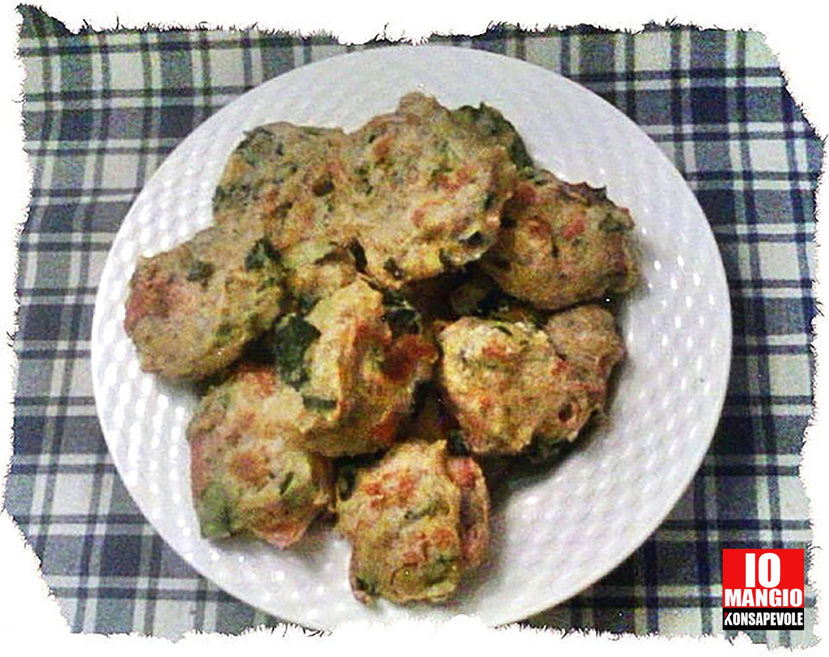 Polpette di zucchine.  600 grammi di zucchine 1 cucchiaio di prezzemolo tritato 3 cucchiai di parmigiano grattugiato 80 grammi di prosciutto cotto a dadini 1 uovo 150 grammi di farina integrale sale, pepe, spezie a piacere