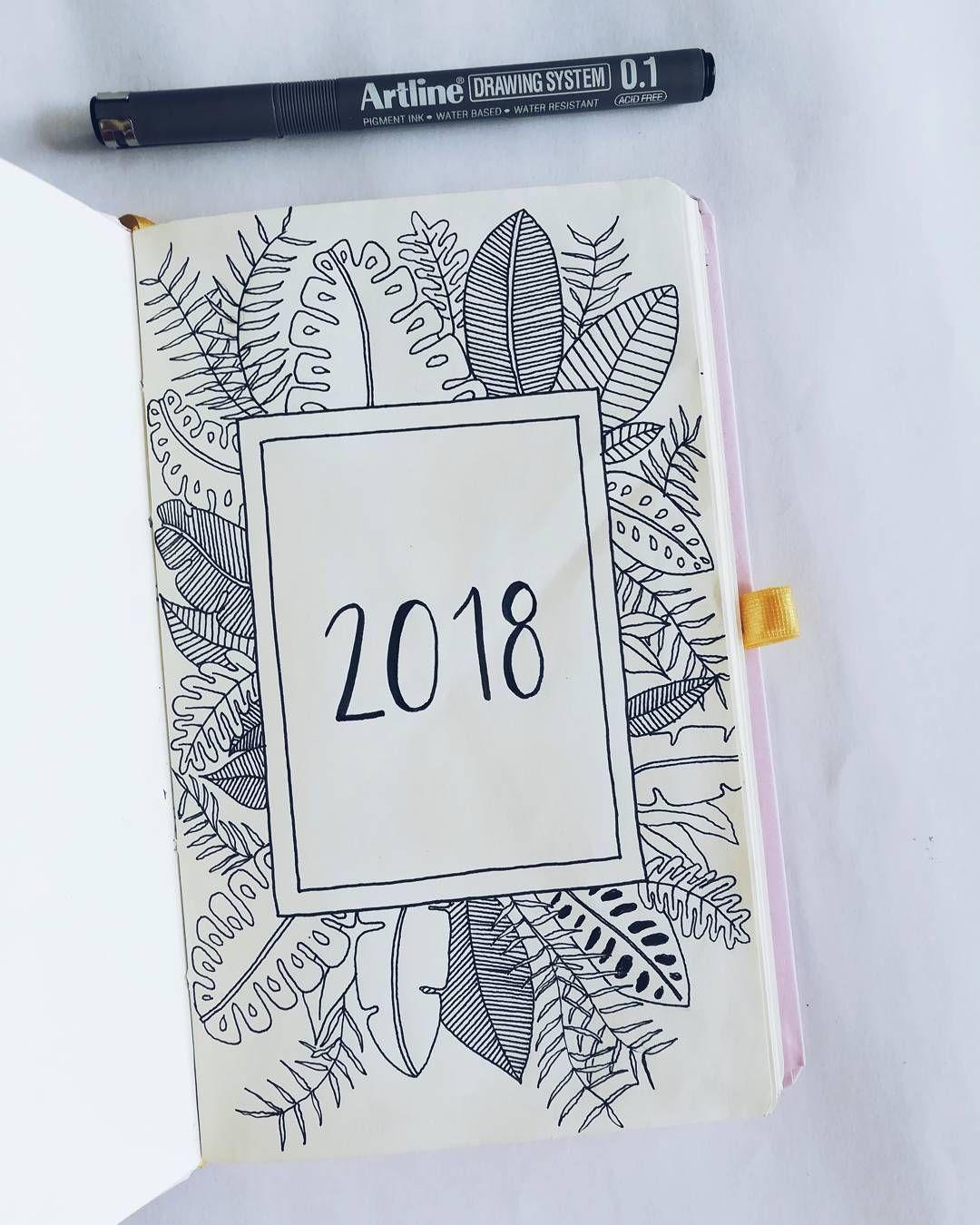 Se vale perderse un poquito el 1 de enero, verdad? 😎. Esta es la portada de mi Bullet Journal del 2018 ✨. Sigo con el tema de hojas y flores porque estoy dispuesta a mejorar y dejar de tenerles miedo (es que se me hacen muy difíciles) pero podré con ellas, yo lo sé 🤸🌿🌸. . .  bulletjournaling  bulletjournal  Bujo  bujoinspo  bujoinspire  bulletjournalweekly  Bujo2018design   BulletJournalDesing  NewYear  BulletJournalIdeas  bujoweeklyspread  bulletjournaljunkies  bujoweekly  bulletjournalss