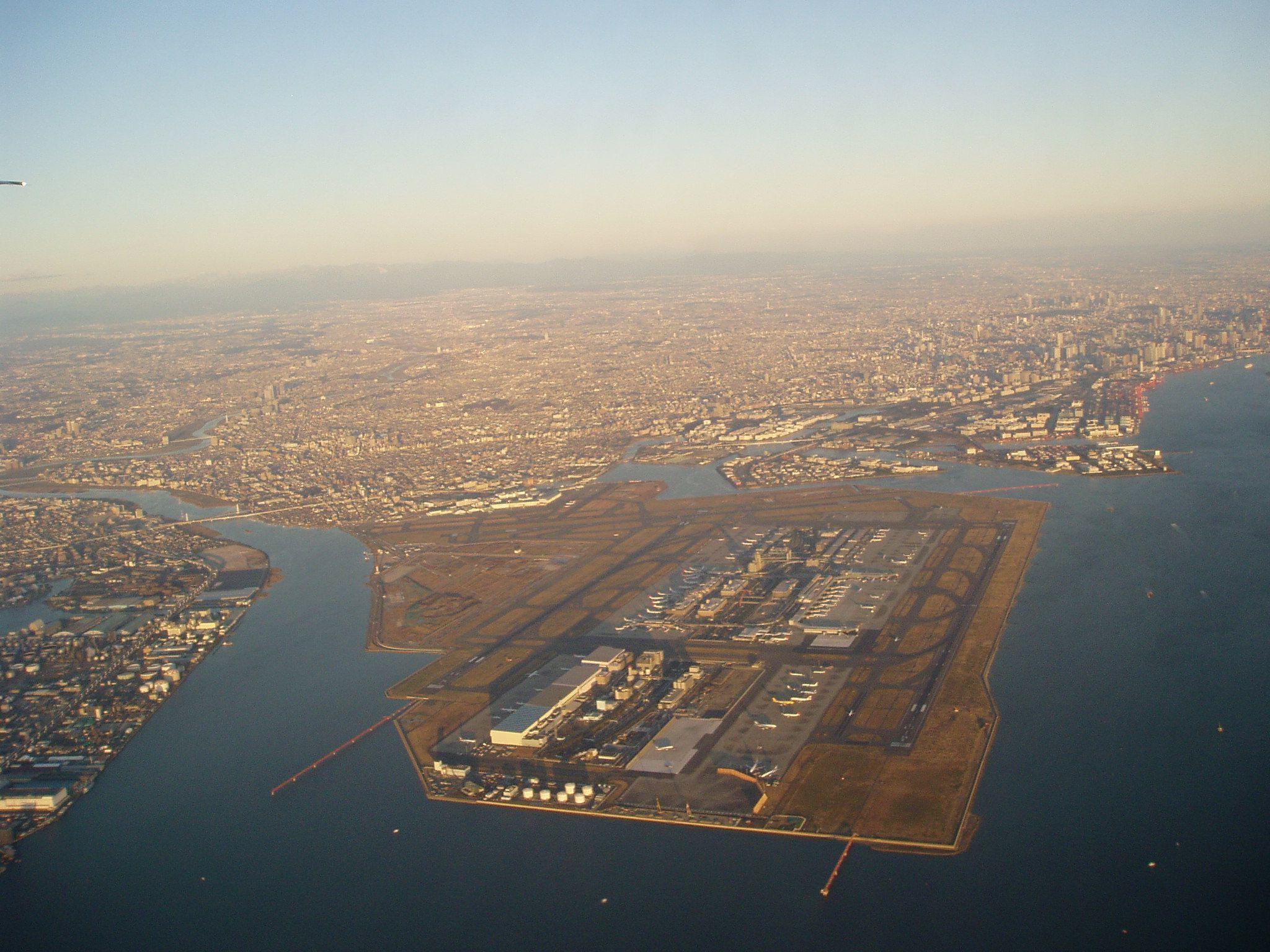 東京を借景にした羽田空港全景 City od Tokyo & Haneda Airport (HND)